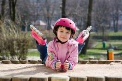 Muchacha feliz con los patines imagenes de archivo