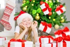 Muchacha feliz con los rectángulos de regalo Imagenes de archivo