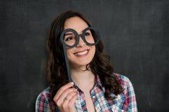 Muchacha feliz con los vidrios divertidos fotografía de archivo libre de regalías