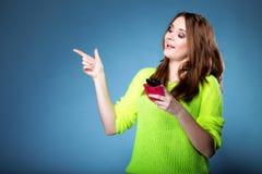 Muchacha feliz con señalar del teléfono móvil Fotos de archivo libres de regalías