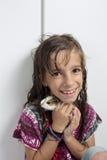 Muchacha feliz con su conejillo de Indias en las manos imagen de archivo libre de regalías