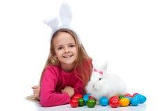 Muchacha feliz con su conejo de pascua Imagen de archivo