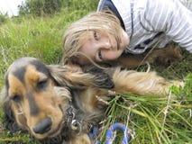 Muchacha feliz con su perro casero Fotografía de archivo