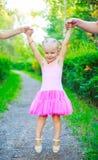Muchacha feliz con sus padres foto de archivo libre de regalías