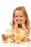 Muchacha feliz con sus pequeños pollos Imagen de archivo libre de regalías
