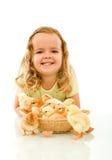 Muchacha feliz con sus pollos del bebé de Pascua Fotografía de archivo