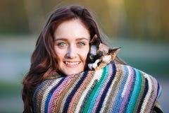 Muchacha feliz con un gato Fotografía de archivo libre de regalías