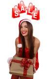 Muchacha feliz con un gifton de la Navidad su mano Fotografía de archivo libre de regalías