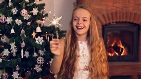 Muchacha feliz con una bengala de la Navidad almacen de metraje de vídeo