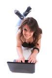 Muchacha feliz con una computadora portátil Foto de archivo libre de regalías