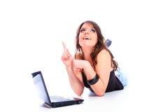Muchacha feliz con una computadora portátil Fotografía de archivo