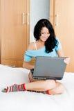 Muchacha feliz con una computadora portátil en el país Fotografía de archivo libre de regalías