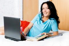 Muchacha feliz con una computadora portátil en el país Imagenes de archivo