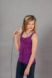 Muchacha feliz de baile del adolescente que escucha la música Imagen de archivo