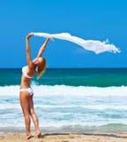 Muchacha feliz de baile en la playa Fotografía de archivo