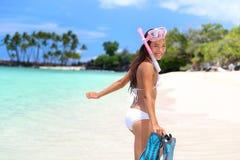 Muchacha feliz de la actividad del tubo respirador de la diversión de las vacaciones de la playa Imágenes de archivo libres de regalías