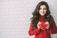 Muchacha feliz de la belleza con la caja de regalo de la tarjeta del día de San Valentín Imágenes de archivo libres de regalías