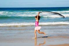 Muchacha feliz de la diversión de la playa imágenes de archivo libres de regalías