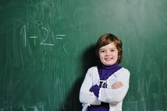 Muchacha feliz de la escuela en clases de la matemáticas Fotografía de archivo libre de regalías
