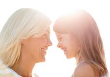 Muchacha feliz de la madre y del niño Imagen de archivo libre de regalías