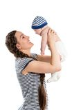 Muchacha feliz de la mamá y del niño que abraza el aislante en el fondo blanco El concepto de niñez y de familia Fotografía de archivo libre de regalías