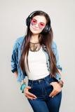 Muchacha feliz de la moda que disfruta de la música Mujer hermosa joven Fotos de archivo libres de regalías