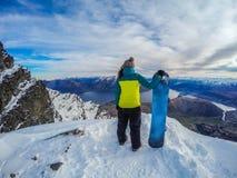 Muchacha feliz de la snowboard, Remarkables, Nueva Zelanda imagen de archivo libre de regalías