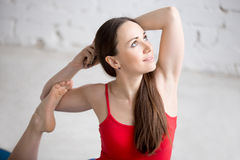 Muchacha feliz de la yoga en actitud real de la paloma Imágenes de archivo libres de regalías