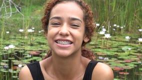 Muchacha feliz de Latina en la charca almacen de metraje de vídeo