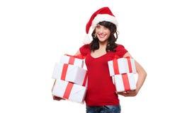 Muchacha feliz de santa que sostiene muchos rectángulos con los presentes Imagen de archivo libre de regalías