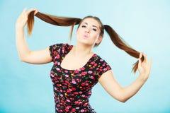Muchacha feliz del adolescente con las colas de caballo Imagen de archivo