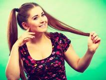 Muchacha feliz del adolescente con las colas de caballo Imagen de archivo libre de regalías