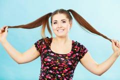 Muchacha feliz del adolescente con las colas de caballo Fotos de archivo libres de regalías