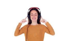 Muchacha feliz del adolescente con música que escucha de los auriculares Foto de archivo