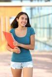 Muchacha feliz del adolescente del estudiante que sale fuera de la escuela Fotografía de archivo