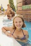 Muchacha feliz del adolescente en el parque del agua de la piscina Fotografía de archivo libre de regalías
