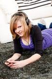 Muchacha feliz del adolescente que escucha la música Imagen de archivo