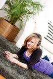 Muchacha feliz del adolescente que escucha la música Imagenes de archivo