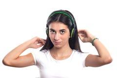 Muchacha feliz del adolescente que escucha la música aislada en un b blanco Fotografía de archivo