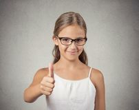 Muchacha feliz del adolescente que muestra los pulgares para arriba Imagenes de archivo