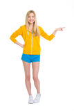 Muchacha feliz del adolescente que señala en espacio de la copia Fotografía de archivo