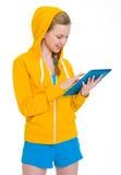 Muchacha feliz del adolescente que trabaja en la PC de la tableta Imágenes de archivo libres de regalías