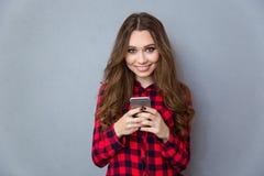 Muchacha feliz del adolescente que usa smartphone Fotografía de archivo libre de regalías