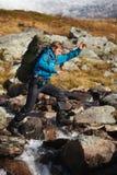 Muchacha feliz del caminante en Noruega Fotos de archivo libres de regalías