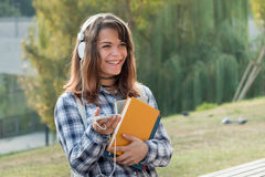 Muchacha feliz del campus con una sonrisa hermosa Imagenes de archivo