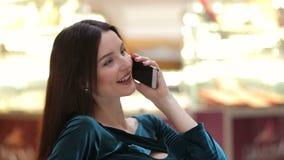 Muchacha feliz del comprador que invita al teléfono almacen de video