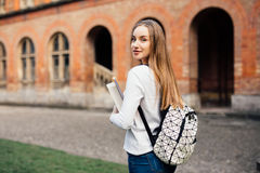 Muchacha feliz del estudiante con el bolso y los cuadernos de escuela al aire libre Fotos de archivo