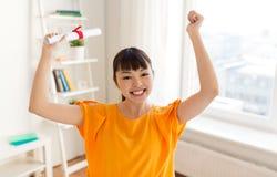 Muchacha feliz del estudiante con el diploma en casa Fotos de archivo libres de regalías
