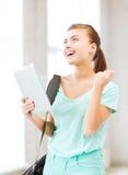 Muchacha feliz del estudiante con PC de la tableta Imagen de archivo libre de regalías