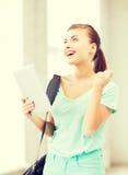 Muchacha feliz del estudiante con PC de la tableta Imagenes de archivo